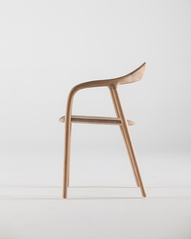 Chair Neva (Artisan, 2013) by Novak-Mikulic & Ruzic. The character of the Neva chair derives from the poetics of the wave, suggested by the continuous line that moves from the front leg to the arm and from the armrest to the back. And like a wave, the chair is totally fluid and rounded, soft in its transitions. Photo: Domagoj Kunic.
